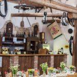 svatební hostina, rustikální svatba, svatba ve stodole