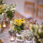 svatební hostina, rustikální svatba, svatba ve stodole, luční kvítí