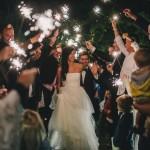 nevěsta a ženich, svatební šaty, svatební prskavky