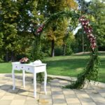 bílý stolek na obřad